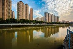 Byggnader bredvid Suzhou River under blå himmel och vit fördunklar i Shanghai Royaltyfri Bild