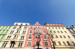 byggnader färgrika prague Arkivfoto