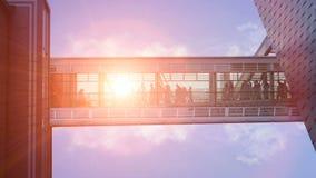 Byggnader för affär för Glass korridorhall förbindande Gå för folk stock video
