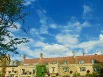 Byggnader för blå himmel och cotswold Arkivfoton
