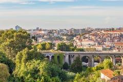 Byggnader för cityscape för viadukt för Porto stadsförort Arkivfoton