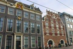 Byggnader för gammal stil i historisk stadsmitt av Amsterdam Arkivbilder