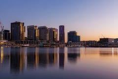 Byggnader för hög löneförhöjning för hamnkvarter bostads- Fotografering för Bildbyråer