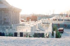 Byggnader för is och för snö för Harbin isfestival 2018 - solen till och med is - fantastiska, gyckel som åka släde, natt, lopppo Royaltyfri Foto