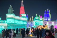 Byggnader för is och för snö för Harbin isfestival 2018 - solen till och med is - fantastiska, gyckel som åka släde, natt, lopppo Fotografering för Bildbyråer