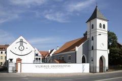 Byggnader för protestantkyrka och universiteti Kaunas arkivfoton