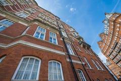 Byggnader för röd tegelsten i London Fotografering för Bildbyråer