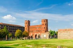 Byggnader för tegelsten för Palatine portPorta Palatina torn royaltyfri bild