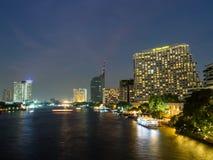 Byggnader förutom den Chaopraya floden, Bangkok på natten Royaltyfri Bild