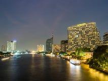 Byggnader förutom den Chaopraya floden, Bangkok på natten Royaltyfria Foton