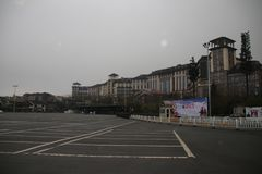 Byggnader framme av den Wulong karsten, Chongqing, Kina Royaltyfri Bild