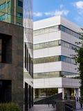 Byggnader i affärsmitt på klar dag arkivfoton