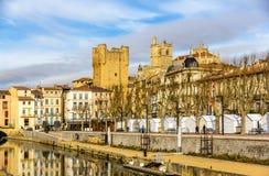 Byggnader i centret av Narbonne arkivbilder