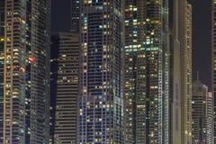Byggnader i den Dubai marina - nightview Arkivfoto