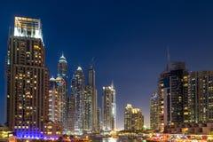 Byggnader i den Dubai marina - nightview Arkivfoton
