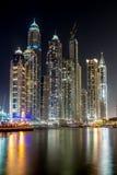 Byggnader i den Dubai marina - nightview Arkivbild