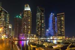 Byggnader i den Dubai marina - nightview Royaltyfria Foton