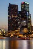 Byggnader i den Singapore staden i nattplatsbakgrund Royaltyfri Fotografi