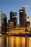 Byggnader i den Singapore staden i nattplatsbakgrund Royaltyfri Foto