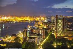 Byggnader i flodstranden av Elbe på aftonen, Hamburg royaltyfri foto
