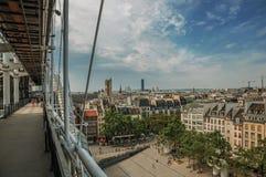 Byggnader i fyrkant och kranar på horisonten som ses från mitten Georges Pompidou i Paris royaltyfri fotografi
