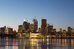 Byggnader i i stadens centrum Toronto i vintern på natten Royaltyfri Bild