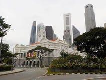 Byggnader i kolonial stil bland skyskrapor i Singapore fotografering för bildbyråer