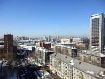 Byggnader i mitten av Novosibirsk i vinter arkivbilder