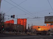 Byggnader i morgonen med röda fönster royaltyfria bilder