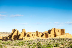 Byggnader i nationellt historiskt för Chaco kultur parkerar, NM, USA Arkivfoton
