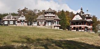 Byggnader i Pustevny planlade vid Jurkovic Royaltyfri Foto