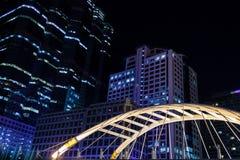 Byggnader i staden på natten Arkivfoto