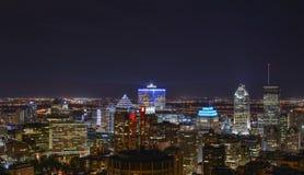 Byggnader i i stadens centrum Montreal på natten royaltyfria bilder