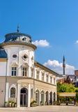 Byggnader i stadsmitten av Pristina royaltyfria bilder