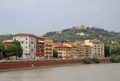 Byggnader i Verona längs Riveret Adige Arkivbild