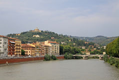 Byggnader i Verona längs Riveret Adige, Italien Arkivbilder