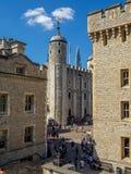 Byggnader inom torn av London arkivbild