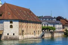 Byggnader längs den Aare floden i Solothurn Royaltyfria Foton