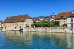 Byggnader längs den Aare floden i Solothurn, Schweiz Fotografering för Bildbyråer