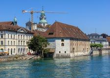 Byggnader längs den Aare floden i Solothurn, Schweiz Arkivfoton
