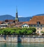 Byggnader längs den Aare floden i Solothurn, Schweiz Arkivbild
