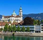 Byggnader längs den Aare floden i Solothurn, Schweiz Royaltyfri Fotografi