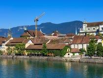 Byggnader längs den Aare floden i Solothurn, Schweiz Arkivbilder