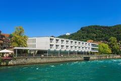 Byggnader längs den Aare floden i staden av Thun, Schweiz Royaltyfria Foton