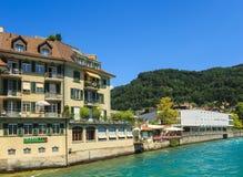 Byggnader längs den Aare floden i staden av Thun, Schweiz Royaltyfri Fotografi