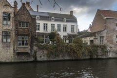 Byggnader längs den Groenerei kanalen Bruges Arkivfoto