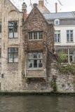 Byggnader längs den Groenerei kanalen Bruges Fotografering för Bildbyråer
