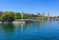 Byggnader längs den Limmat floden i Zurich, Schweiz Royaltyfri Foto