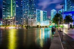 Byggnader längs den Miami floden på natten, i i stadens centrum Miami, Flo Arkivbilder