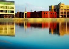 Byggnader längs den storslagna floden royaltyfria foton